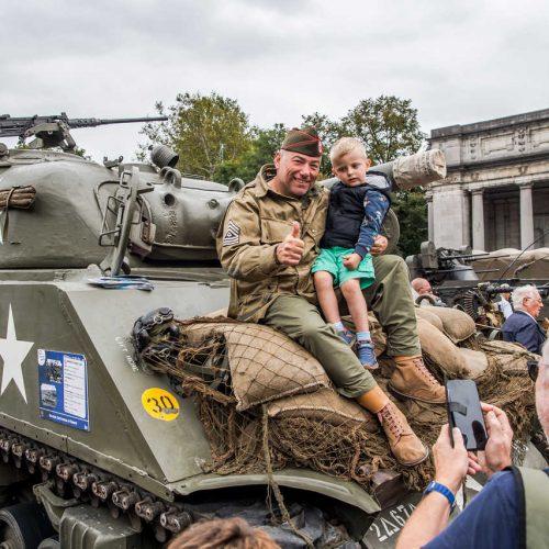 Brussels liberation day enfant avec un miltaire sur un tank