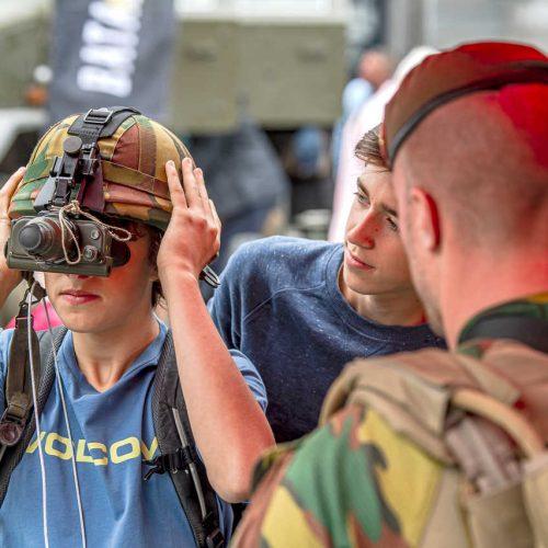 Brussels liberation day un enfant essaye un casque miltaire